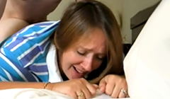 Madre llora de placer cuando se corren dentro