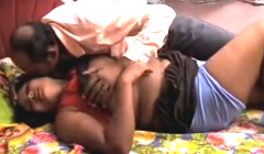 Chica india en la cama con su tio