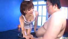 Puta asiatica desvirga a un gordo virgen