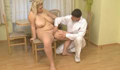 Medico a domicilio atiende a paciente gorda