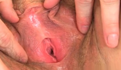 Madura inglesa muestra su clitoris en primer plano