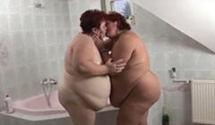 Surge el amor entre dos maduras divorciadas gordas