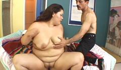 Flacucho se folla a su vecina obesa