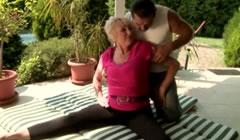 Vieja degenerada se folla al profesor de yoga