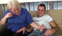Ayuda a una anciana y se la acaba follando