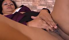 Gordita latina masturbándose su concha