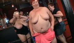 Gordas salen de fiesta y acaban desnudas en un pub