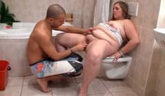 Follada a una cerda obesa en el baño