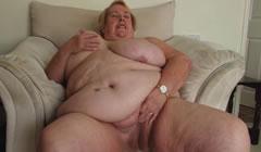 Obesa madura se desnuda ante la cámara, menudo coño tenía