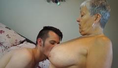 Vieja tetona se folla a su nieto