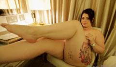 Ardiente gorda exhibe su coño para que su marido se lo chupe