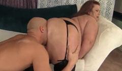 La cara le entra completa en culo obeso de su mujer