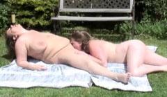 Madura y jovencita con sobrepeso comiéndose el coño