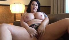 Novia caliente mostrando sus tetas ricas y su coño gordo antes de follar