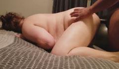 Vieja gorda gritando de placer por una fuerte follada interracial