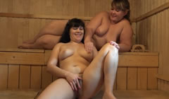 Gorditas lesbianas se dan placer en una sauna a escondidas