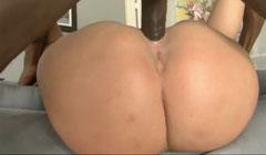 Rubia obesa disfrutando de una larga polla negra en su coño