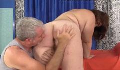 Viejo masturbando el culo obeso de una jovencita