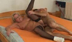 Anciana rellenita follando con su novio jovencito