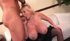 Madura con tetas gordas recibe a su amante con una mamada