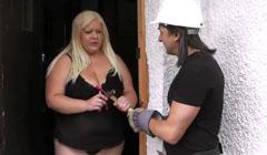 La vieja gorda seduce al tío de la construcción