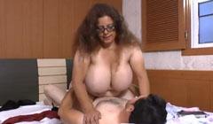 La secretaria tiene unas tetas realmente obesas