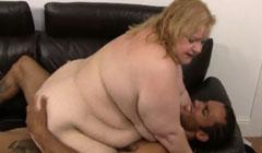 Sirvienta vieja y gorda pillada montando a un negro casado