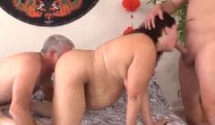 Padre e hijo le hacen una doble penetración a la obesa