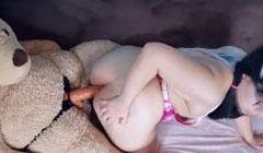 Se masturba con la polla plástica de su oso de peluche