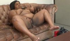 Jovencita gorda consigue empleo masturbando su coño