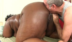 Anciano complaciendo el coño enorme de una negra