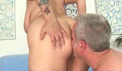 La ardiente gorda rubia le ofrece el culo a un viejo
