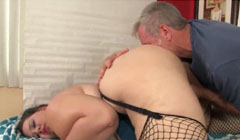 Masaje relajante con lamida de coño para la gorda cachonda