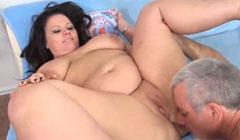 Obesa infiel se calienta mucho con lamidas de coño de su amante