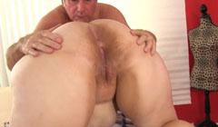 El vecino le da un masaje y masturba su obeso coño