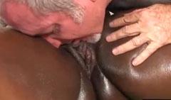 Masaje y lamida de coño a una madura obesa negra