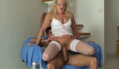 La abuela también quiere montar el pollón de su nieto