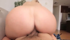La putita de su hijastra tiene un culo bien gordo