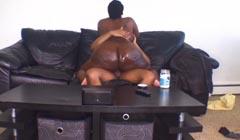 La gorda de su suegra se monta desnuda sobre su polla