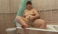 Divina putita gorda se pajea en una tina