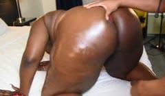 Negra con culo muy gordo emburrada a cuatro patas