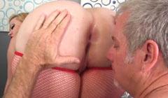 Viejo le come el culo a una puta muy gorda