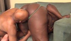 Negra con culazo gigante gozando a cuatro patas