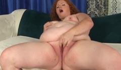 Obesa pelirroja manoseando su raja para tener orgasmos