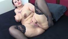 Obesa calentona mostrando su coño en la webcam