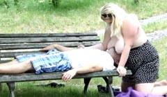 Obesa follando con un borracho en el parque