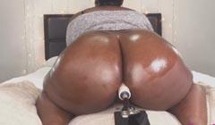 Una maquina folladora masturba el culo gordo de la negra