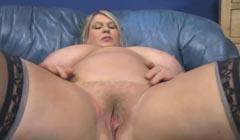 Vieja con tetas obesas masturbando su coño