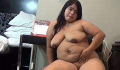 Chinita gorda se mete las manos en el coño