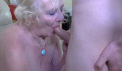 La abuelita se da gusto con la polla de su nieto